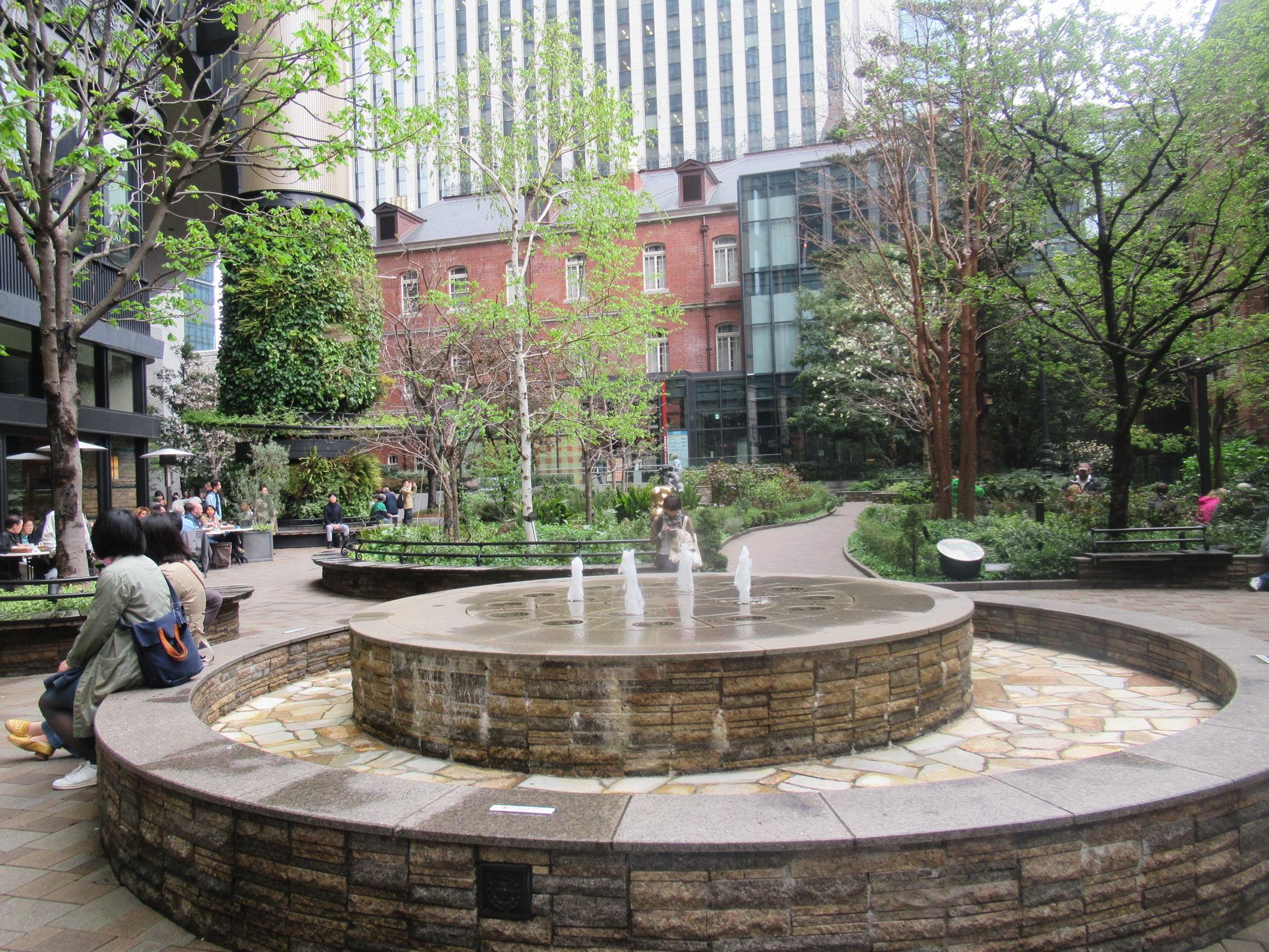 丸の内ブリックススクエア中庭