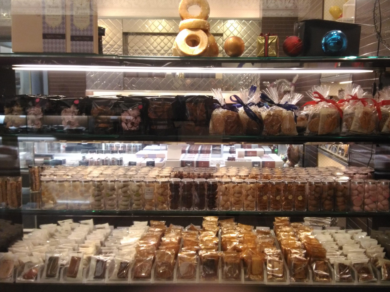 キャトーズジェイエTokyoの焼き菓子が店頭に並んだ様子