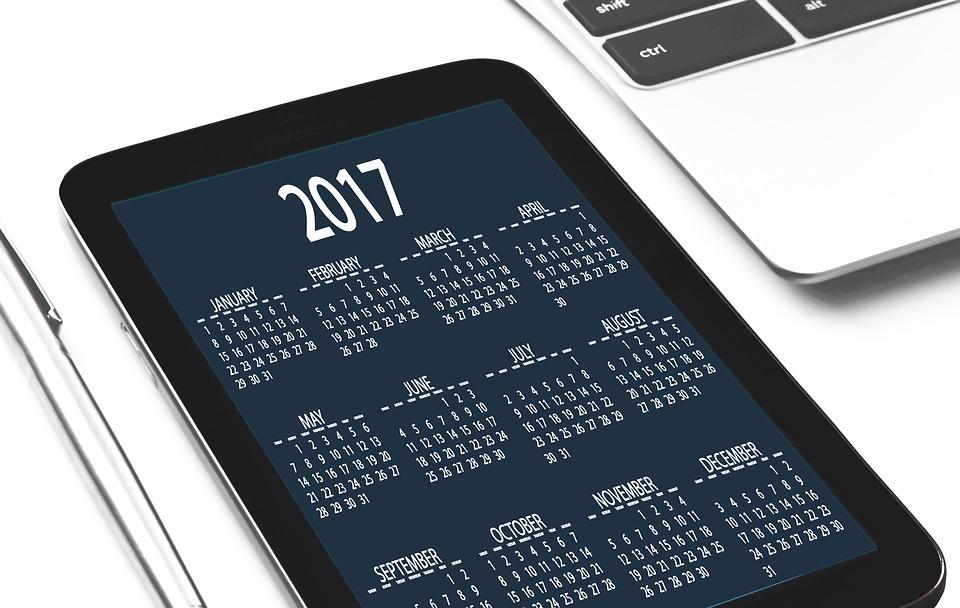 カレンダーが表示されたタブレット端末