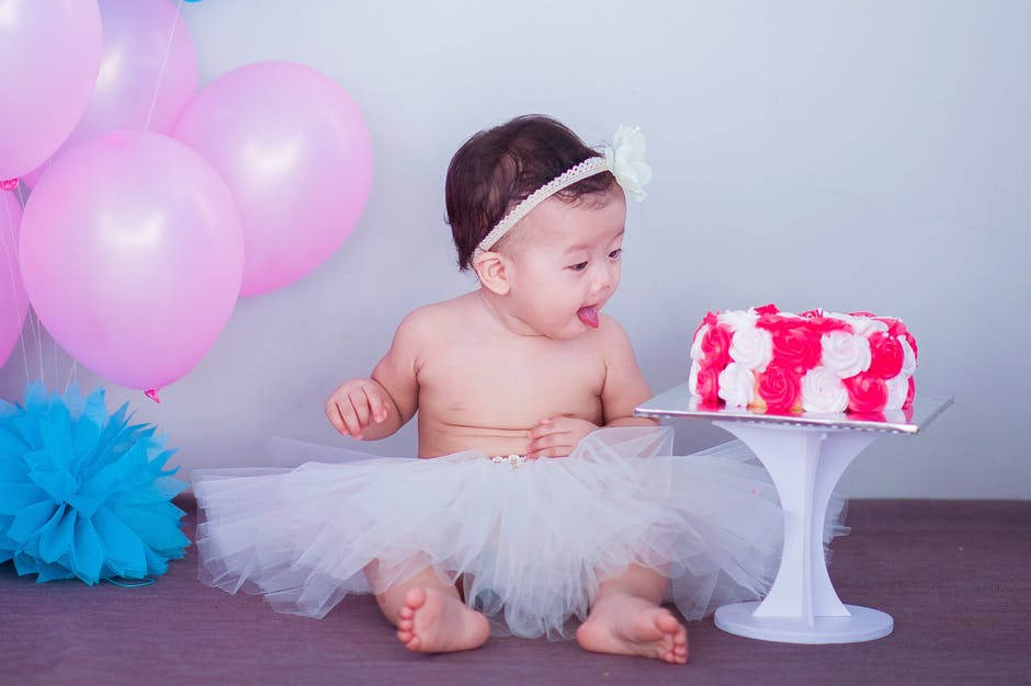 ケーキに興味津々の赤ちゃん
