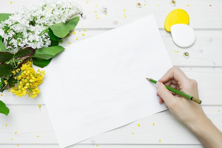 真っ白な紙に何か書き出そうとする様子