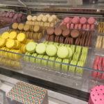 シャルル・ド・ゴール空港のラデュレ店頭のマカロン