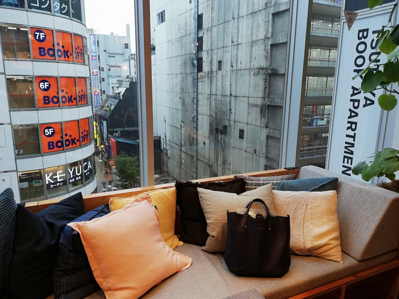 TSUTAYA BOOK APARTMENT内のソファ