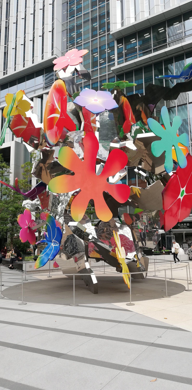 LODGEが入っている東京ガーデンテラスの前のパブリックアート