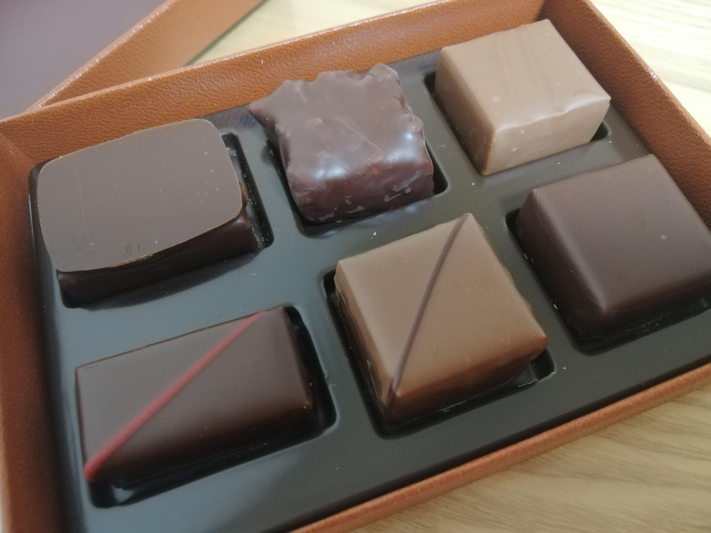 メゾン・デュ・ショコラの定番ショコラの箱を開いたところ
