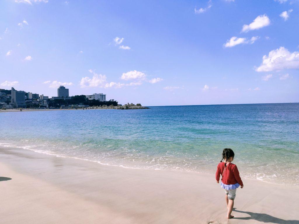 青と白のコントラストが絶景の白良浜